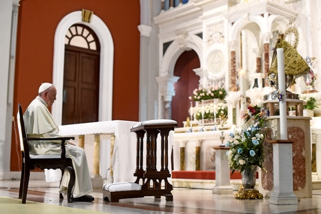 Pope Francis prays at the basilica of Our Lady of Charity of El Cobre -patron saint of Cuba- in El Cobre, Santiago de Cuba on September 21, 2015. Santiago, the last stop on Pope Francis's Cuban tour, is known for its revolutionary history, its rum and the troubadours who have infused the Caribbean island's music with their tropical beats.  AFP PHOTO / FILIPPO MONTEFORTE