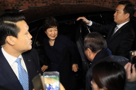 South Korea's impeached ex-president Park Geun-Hye (C) arrives at her private residence in Seoul on March 12, 2017.  South Korea's impeached ex-president Park Geun-Hye left the presidential Blue House on March 12, two days after the Constitutional Court's verdict removing her from office over a massive corruption scandal.  / AFP PHOTO / YONHAP / STR /  - South Korea OUT / NO ARCHIVES -  RESTRICTED TO SUBSCRIPTION USE